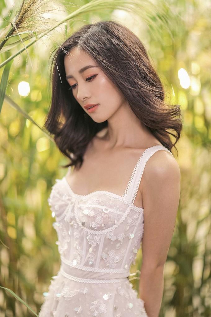 <p> Bộ cánh cúp ngực với gam màu trắng được sử dụng chất liệu vải ngoại nhập, viền đăng ten ở vai, eo và ngực áo, phối với những họa tiết thêu hoa.</p>