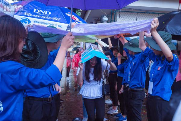 Sáng 27/6, 3 môn thi củatổ hợp Xã hội đã khép lại kỷ thi Tốt nghiệp THPT Quốc gia 2018. Các bạn thí sinh được đón trong sự cổ vũ nhiệt tình của đội tình nguyện.