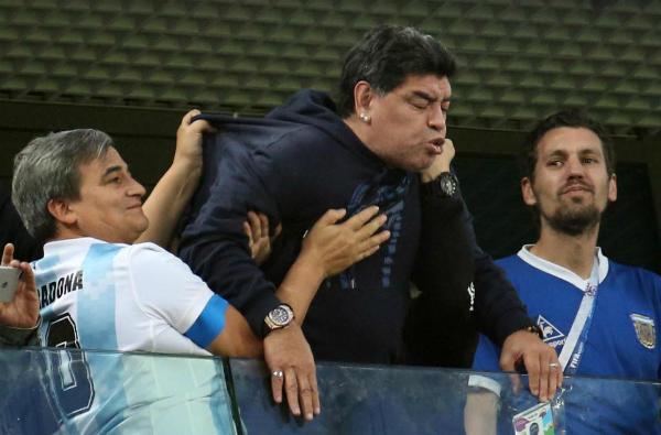 Maradona bị kích động khiMarcos Rojo ghi bàn ở phút 83.