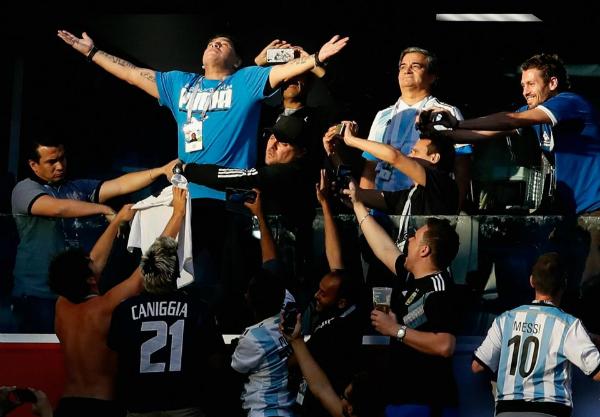 Maradona luôn có mặt trên khán đài cổ vũ đàn em, ông gần như không bỏ sót trận cầu nào có Argentina.