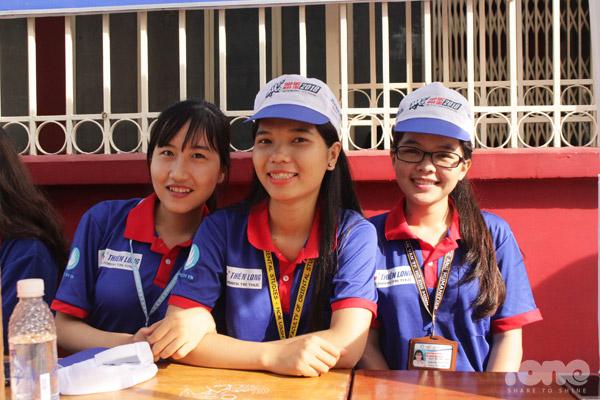 Các tình nguyện viên có mặt tại điểm thi từ rất sớm.