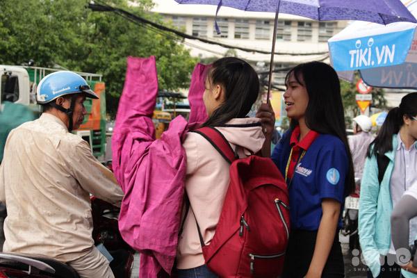 Cả nhóm hôm nào cũng có mặt từ 6h sáng trước cổng trường để hỗ trợ những bạn thí sinh dự thi.