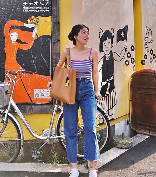 Vốn có thân hình bé nhỏ nên Mẫn Tiên rất chú trọng cách ăn mặc sao cho vóc dáng trông cao ráo hơn. Đây là lý do cô nàng rất hiếm khi diện váy áo rườm rà, thay vào đó hot girl ưu tiên các kiểu quần áo gọn gàng, ôm dáng.