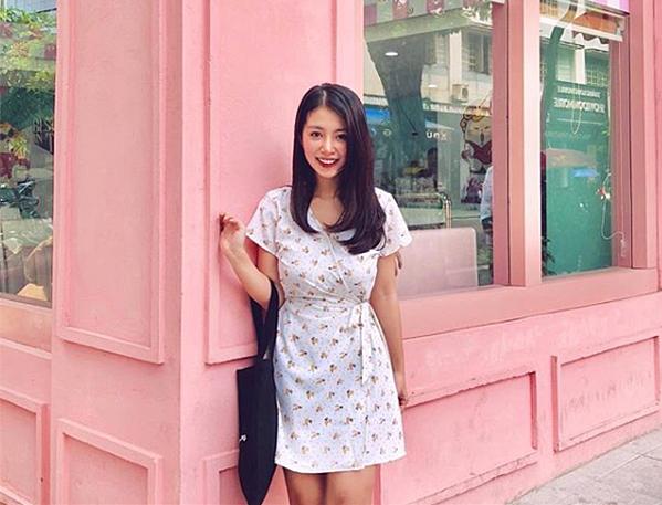 Khi diện những chiếc váy trên gối, Mẫn Tiên trông rất đáng yêu. Những chiếc váy với điểm nhấn như bo chun ngang eo, nơ thắt ở hông... được hot girl yêu thích hè này vì giúp đôi chân thêm dài.