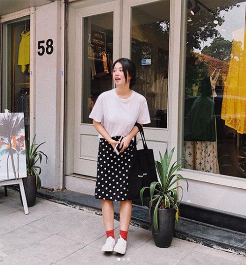 Với kiểu chân váy dài hơn một chút, cô nàng thường chọn chạm quá đầu gối, mix với áo cắm thùng để tổng thể vẫn gọn gàng.