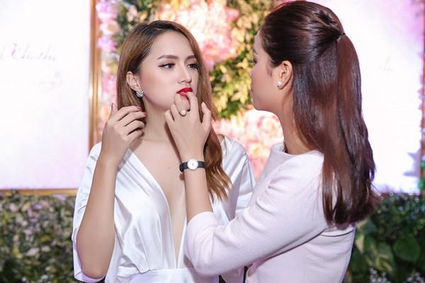 Mới đây nhất, nữ ca sĩ chứng minh tình chị em không rạn nứt khi bấm theo dõi Instagram cá nhân của Phạm Hương.