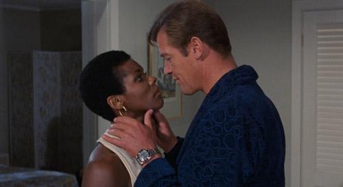 Cảnh chạy trên đàn cá sấu khó tin trong phim về điệp viên 007 - 1