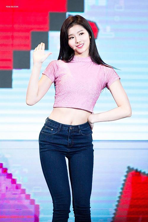 Cô nàng thường xuyên được khen vì sở hữu hông quả táo nở nang, cực đẹp khi mặc quần jeans bó sát.