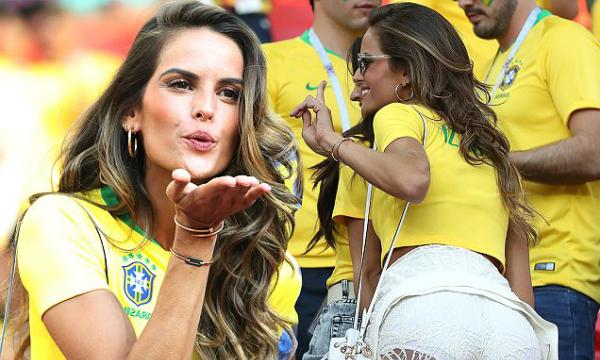 Vẻ vui tươi của Izabel Goulart gây nhiều ý kiến trái chiều nhưng người hâm mộ không nên quá khắt khe bởi Brazil mới là quê nhà của siêu mẫu này chứ không phải Đức.