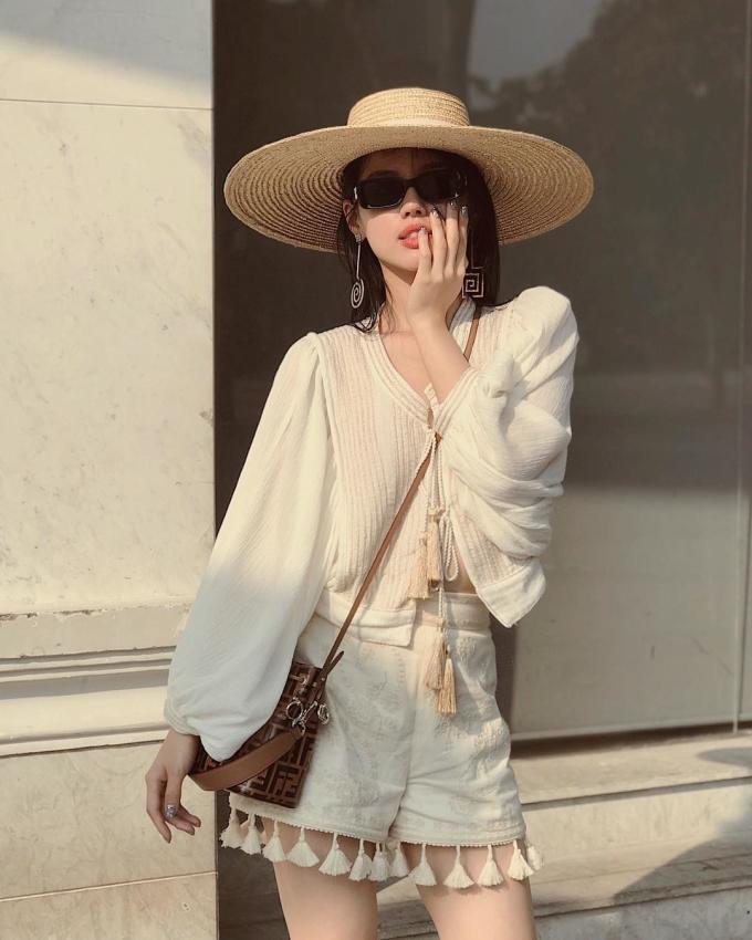 <p> Chiếc mũ cói rộng vành vẫn luôn là sự lựa chọn an toàn, hợp lý cho chuyến du lịch xa cùng gia đình, bạn bè. Item này không chỉ bảo vệ làn da ngọc ngà một cách hiệu quả mà còn tạo nên vẻ ngoài đầy bí ẩn, thu hút cho bạn.</p>