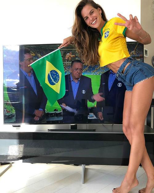 Trên trang cá nhân, Izabel Goular bày tỏ sự phấn khích gửi lời chúc tới các cầu thủ Brazil sẽ có năng lượng tích cực trong mỗi trận đấu. Trong một trận khác của đội tuyển nước nhà, cô nàng siêu mẫu không quêncổ vũ tinh thần các cầu thủ qua truyền hình.
