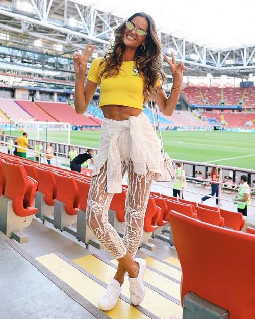 Với thất bại 0-2 trước Hàn Quốc, cỗ xe tăng Đức đã chính thức bị gạch tên khỏi World Cup 2018. Người hâm mộ đội tuyển Đức không giấu nổi sự buồn bã thất vọng. Tuy nhiên theo Dailymail, điều này dường như không mấy ảnh hưởng tới siêu mẫu Brazil - bạn gái thủ môn Kevin Trapp khi cô vui vẻ checkin cổ vũ đội tuyển nước nhà trong trận đấu với Serbia diễn ra sau đó.