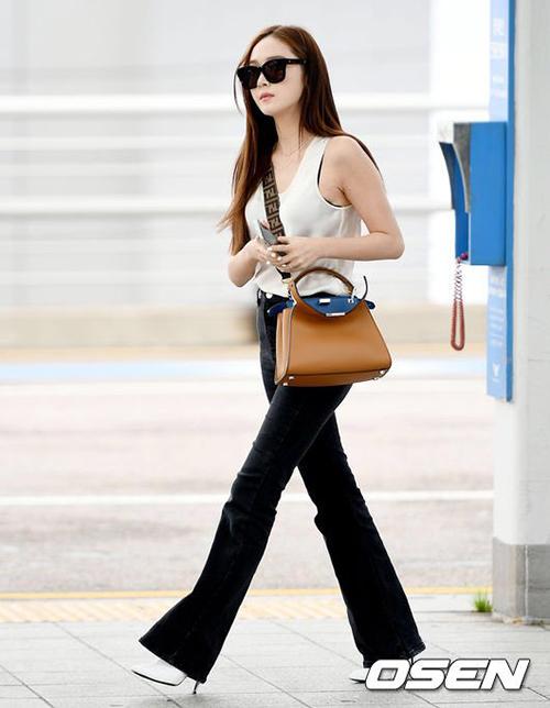 Jessica chứng minh đẳng cấp với áo ba lỗ sexy, quần ống loe giúp kéo dài chân. Túi xách hàng hiệu chính là điểm nhấncủa set đồ.