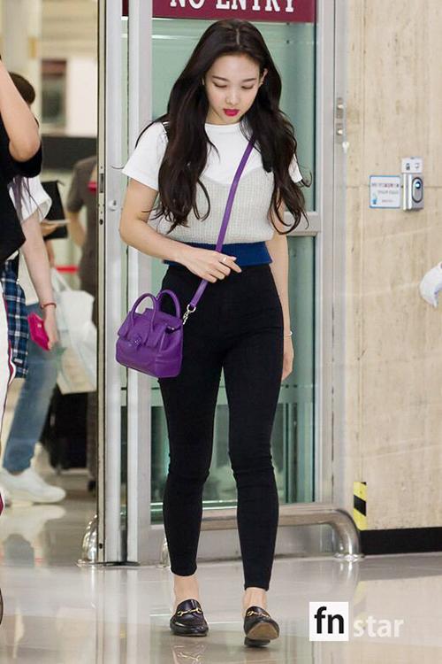 Chiếc áo tạo cảm giác vòng eo của Na Yeon nhỏ xíu. Cô nàng sở hữu những chiếc túi nhỏ xinh.
