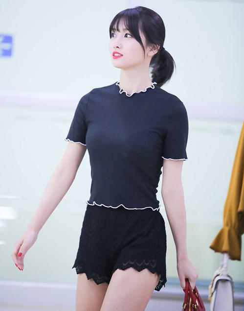 Chiếc áo khá bó giúp Momo khoe đường vòng một hút mắt. Nhiều ý kiến cho rằng quầncủa thành viên Twice giống đồ ngủ.