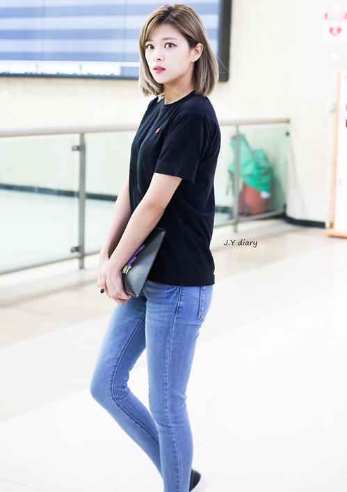 Jeong Yeon sở hữu đôi chân đẹp, vòng 3 hút mắt nên mặc quần jeans vẫn gợi cảm.