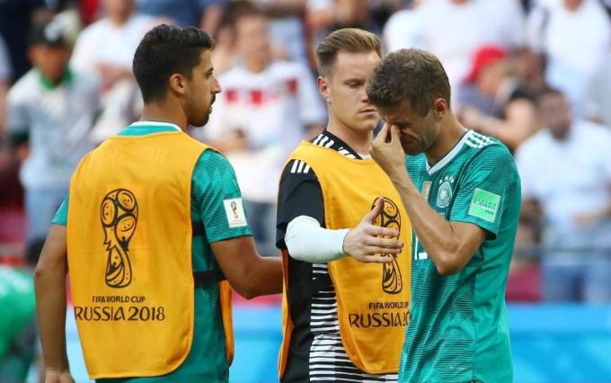 <p> Thomas Muller được các đồng đội Sami Khedira và Marc-Andre ter Stegen an ủi.</p>