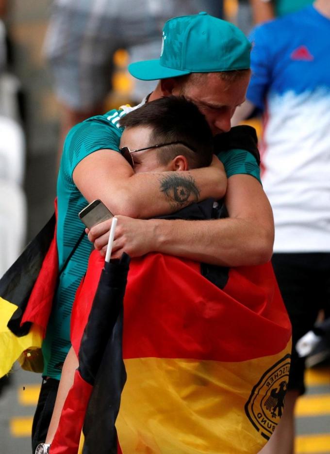 <p> Người hâm mộ ôm nhau khóc.</p>