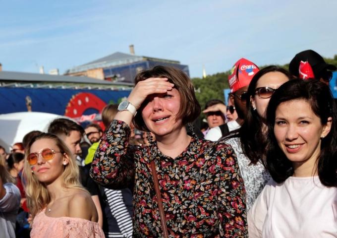 <p> Cô gái trẻ ở công viên Saint Petersburg đã bật khóc.</p>