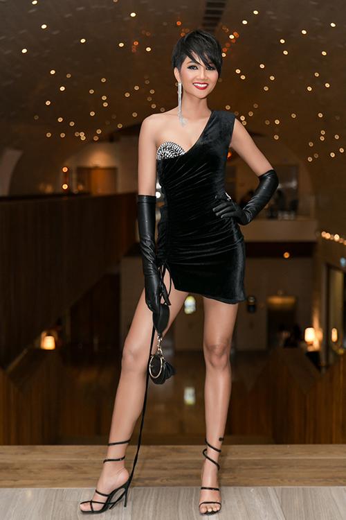 Từ sau khi đăng quang Hoa hậu Hoàn vũ Việt Nam 2017, HHen Niê đều đặn tham dự sự kiện nhưng với phong cách khá an toàn. Cô đặc biệt ưa chuộng những dáng đầm dài chấm đất, xẻ cao để tôn lên vẻ sang trọng. Tuy nhiên trong sự kiện thời trang tối qua, người đẹp lần đầu đột phá với bộ đầm siêu táo bạo.