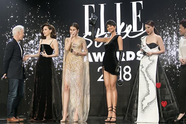 còn bất ngờ nhận được giải thưởng Best Dress of The Night do ban tổ chức trao tặng
