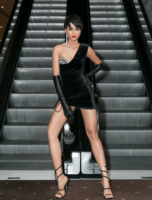 Hoa hậu tự tin tạo nhiều kiểu dáng khó khi diện bộ váy cá tính và phá cách, tôn lên đôi chân thon dài nuột nà.