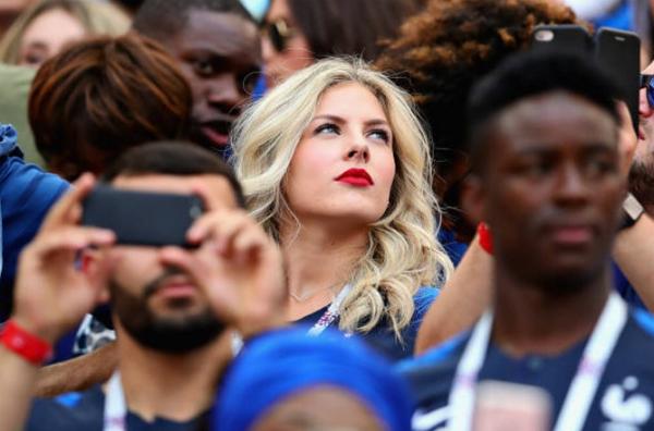 Có mặt tại Nga cổ vũ chồng thi đấu cho đội tuyển quốc gia Pháp trong kì World Cup 2018, Camille Tytgat ngay lập tức thu hút ống kính của nhiều nhiếp ảnh gia.