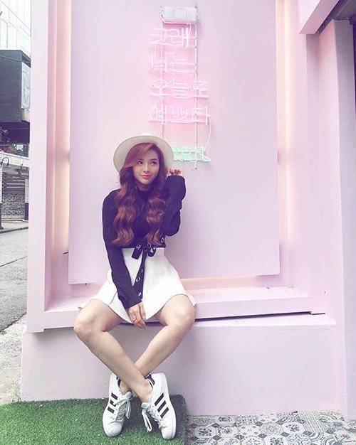 Phương Trinh Jolie diện đồ nhí nhảnh như teen girl khi đi du lịch Hàn Quốc.