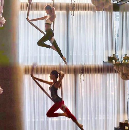 Jennie và Ji Soo khoe dáng hoàn hảo khi tập yoga.