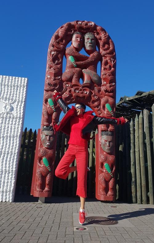 Dù mất đến 11 tiếng bay khá dài để đến được với địa điểm mong muốn nhưng HHen Niê không hề tỏ ra mệt mỏi. Cô nhanh chóng khám phá những cảnh đẹp của thành phố Auckland, Christchurch hay thăm cuộc sống của người dân Kiwi.