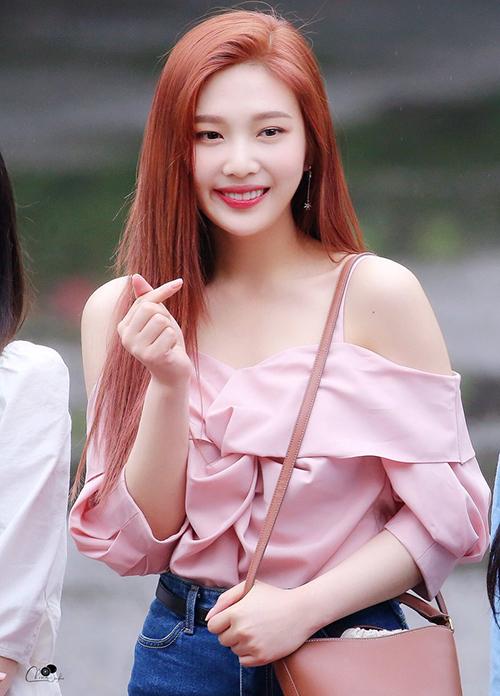 Joy gây bất ngờ với màu tóc cam mới. Thành viên Red Velvet khoe vai với kiểu áo hai dây điệu đà.