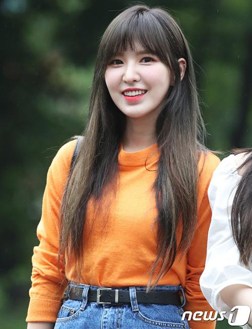 Wendy xinh đẹp hơn khi nhuộm tóc màu tối. Chỉ sau một tháng, nữ ca sĩ đã giảm cân đáng kể.