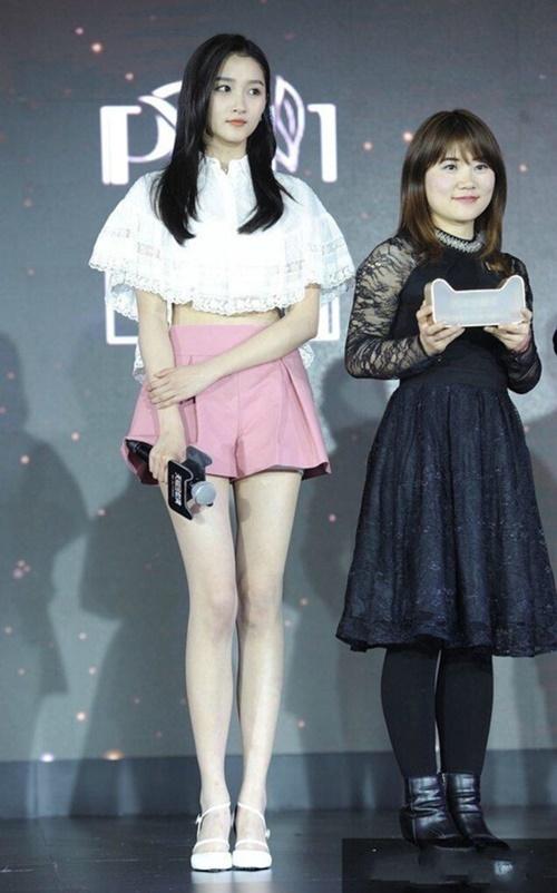 Quan Hiểu Đồng có chiều cao 1,73m nổi bật với đôi chân đẹp và tỷ lệ cơ thể chuẩn. Nữ diễn viên sinh năm 1997 thu hút ánh nhìn khi mặc những trang phục khoe ống chân dài thẳng tắp.