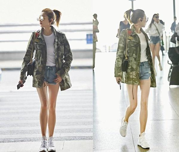 Thời trang sân bay khoe chân nuột của nữ diễn viên Con đường đưa tiễn đầy hoa.