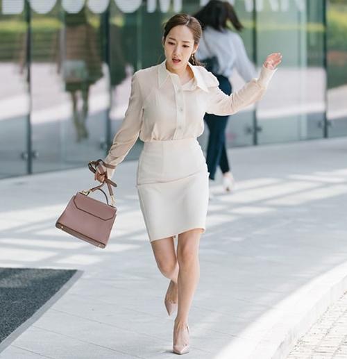 Cũng như nhiều nhân viên văn phòng khác, Kim Mi So thường diện sơ mi cắm thùng cùng chân váy bút chì. Tuy nhiên mỗi ngày cô nàng lại làm mới diện mạo bằng những chiếc áo màu sắc pastel tôn nhan sắc ngọt ngào.