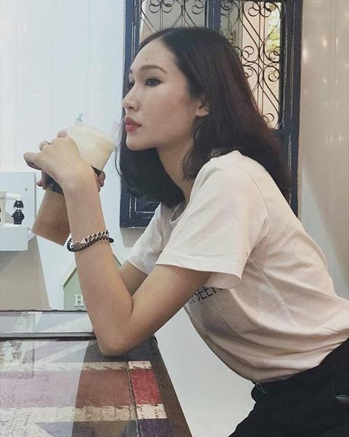 Một người đẹp Việt khác cũng vừa theo mốt lông mày sợi chỉ là Diệp Linh Châu. Lông mày mỏng giúp gương mặt của cô nàng trông nhẹ nhàng, nữ tính hơn, gợi nhớ đến hình ảnh của các cô gái những năm đầu 2000.
