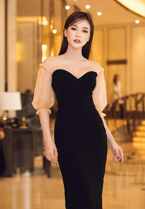 Thiết kế váy ôm với phần tay bồng xuyên thấu màu cam nude mà Sam đang diện là một trong những chiếc váy được sao Việt ưa chuộng nhất mùa hè này.