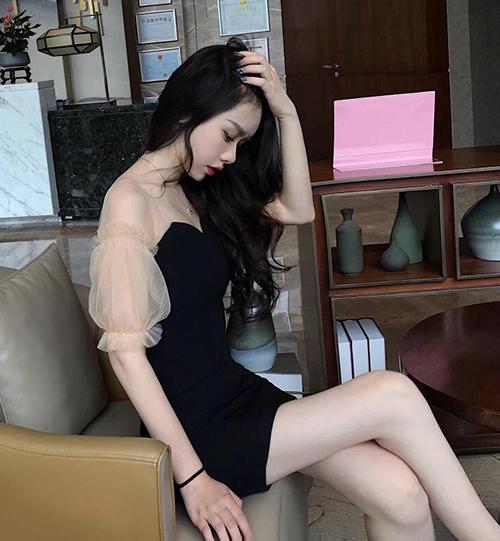 Nhiều xưởng may ở Trung Quốc đã ăn theo mẫu váy đắt khách này, đưa ra thị trường thiết kế thân đen, tay bồng xuyên thấu gần như y hệt.