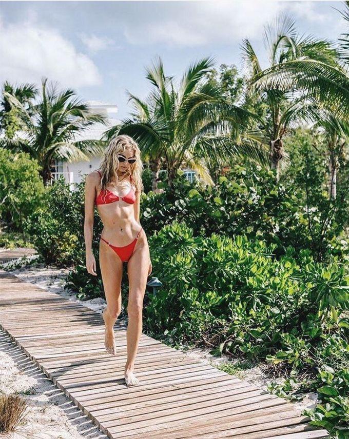 """<p> Loại áo tắm nhỏ xíu hay còn gọi là """"tiny bikini"""" là những thiết kế 2 mảnh với kiểu dáng quần bé hết mức có thể giúp phái đẹp khoe được vóc dáng sexy và hình thể thanh mảnh của mình.</p>"""