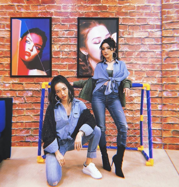 Sĩ Thanh  Diệu Nhi hóa chị em sinh đôi với set đồ denim toàn tập.