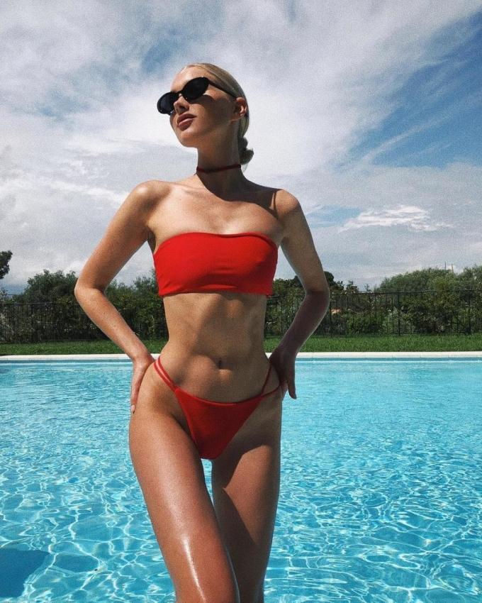 <p> Người mẫu Elsa Hosk nổi bật với bộ bikini đỏ rực kèm choker và kính mát sành điệu.</p>