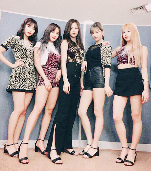 Biệt đội da báo Twice chụp ảnh chung sau khi hoàn thành biểu diễn ca khúc So Hot của đàn chị Wonder Girls.