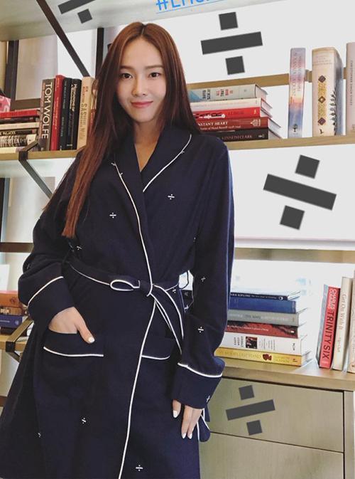 Nhà thiết kế, doanh nhân Jessica nhá hàng dự án thời trang mới. Cô nàng là người quảng bá tốt nhân cho những sản phẩm tự mình thiết kế.