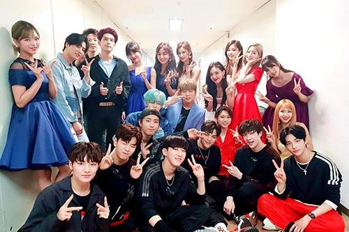 Tập thể trai xinh gái đẹp nhà JYP gặp nhau ở hậu trường và chụp ảnh kỷ niệm Music Bank phát sóng được 20 năm.