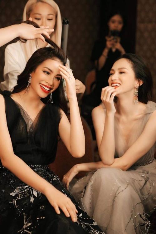 Phạm Hương - Hương Giang thân thiết trong hậu trường một show diễn.