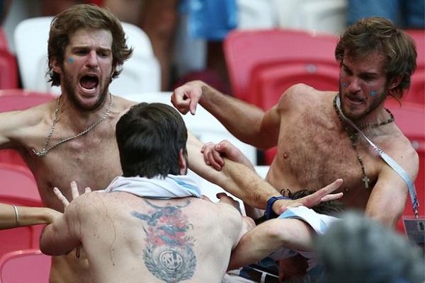 Các CĐV Argentina hùng hổ lao vào nhau.