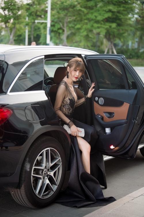 Ngày 30/7, Quế Vân tham dự show diễn thời trang của NTK Hà Duy. Đây là lần xuất hiện công khai của người đẹp kể từ khi công khai phẫu thuật thẩm mỹ lần 6. Cô xuất hiện tại điểm diễn ra sự kiện bằng xế hộp sang..