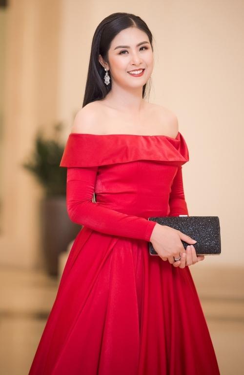 Hoa hậu Ngọc Hân diện váy đỏ nổi bật khoe vai trần.