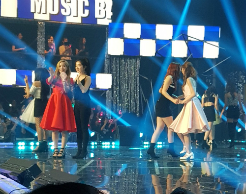 Irene - Da Hyun, Sana - Joy đứng thành cặp trong phần cuối chương trình.