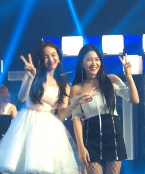 Na Yeon và Yeri rất thân thiết.
